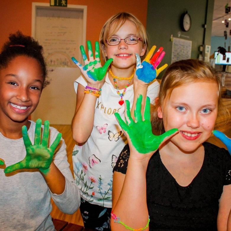 GLOBAL GOLD AG Charity Projekt Laughing Hearts - Kinder mit bunten Händen